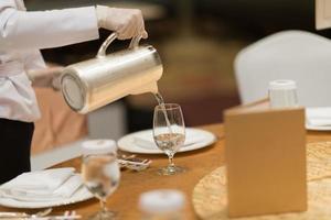 verser de l'eau, un verre d'eau, un verre sur la table photo
