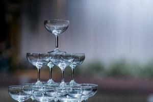 verre à vin vide avec arrière-plan flou photo