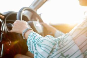 main sur le volant, conducteur, voyage en vacances photo