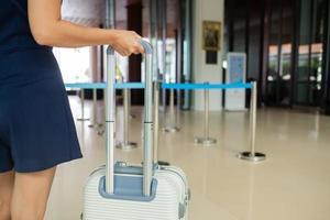 femme avec bagages avec arrière-plan flou, valise photo