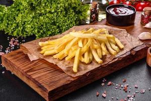 frites chaudes fraîches avec légumes salés et épices photo