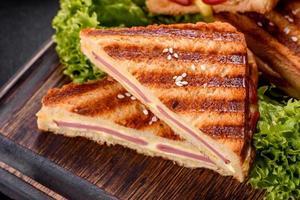 délicieux toasts grillés frais avec du fromage et du jambon photo
