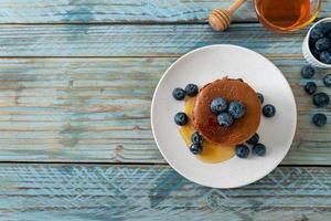 pile de crêpes au chocolat avec myrtille et miel sur une assiette photo