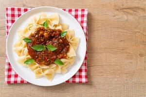 pâtes farfalle au basilic et à l'ail en sauce tomate - sauce italienne photo