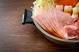 soupe noire sukiyaki ou shabu hot pot avec de la viande crue et des légumes - style de cuisine japonaise photo