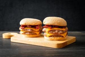hamburger de porc ou hamburger de porc avec fromage et bacon photo