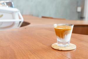 verre à café sale ou lait froid garni de café expresso chaud, dans un café photo