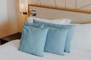 belle et confortable décoration d'oreiller à l'intérieur de la chambre photo