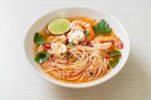 nouilles avec soupe épicée et crevettes ou tom yum kung - style cuisine asiatique photo