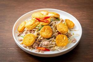 fèves germées sautées, tofu aux œufs et porc émincé - style cuisine asiatique photo