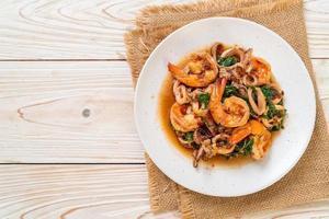 fruits de mer sautés de crevettes et calamars au basilic thaï - style cuisine asiatique photo