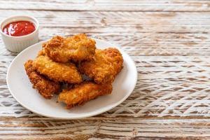 ailes de poulet frites avec du ketchup - aliments malsains photo