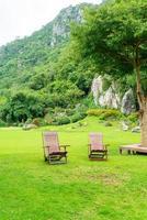 Chaise de patio en bois vide dans le jardin photo