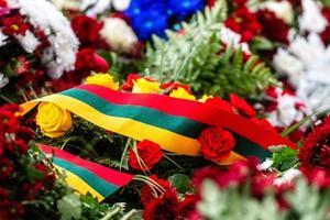 bouquet de fleurs avec drapeau lituanien. fête de l'indépendance lituanienne - image photo