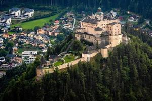 Château de Hohenwerfen et forteresse au-dessus de la vallée de la Salzach à Werfen en Autriche photo