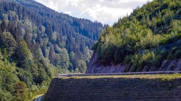 une pittoresque route de montagne asphaltée à travers les Alpes. L'Autriche. photo