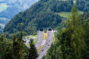 belle vue sur les montagnes et l'entrée du tunnel d'autoroute près du village de werfen, autriche photo