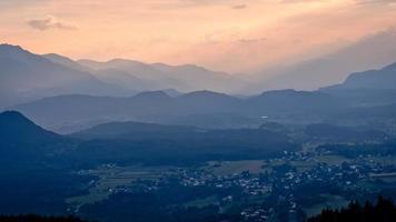Vue du soir depuis la tour d'observation pyramidenkogel aux montagnes, Carinthie, Autriche photo