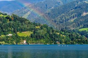 paysage avec un lac de montagne et un arc-en-ciel. photo