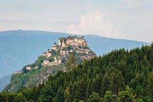 partie supérieure du château de hochosterwitz sur la colline de montagne en autriche - image photo