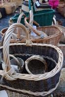 sur le marché de Noël une large sélection d'une variété de paniers tressés à la main. photo
