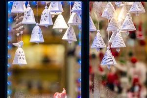 la fenêtre à travers laquelle les décorations de Noël visibles. concept de temps de Noël. photo
