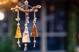 décoration différente, jouet pour arbre de Noël sur le marché de Noël, gros plan photo