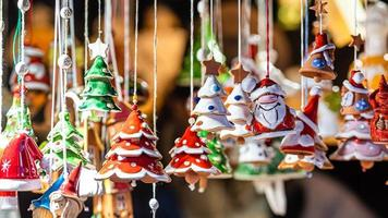 Décorations en céramique de Noël sur le marché de Noël à Riga, Lettonie photo