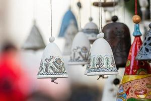 Décorations de cloche en céramique de Noël sur le marché de Noël à Riga, Lettonie photo