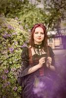 jeune femme rousse magnifique vêtue de vêtements de mode rétro. photo