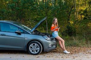 SMS féminin pour assistance automobile - image photo