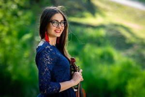 jeune femme avec violon au parc. faible profondeur de champ - image photo