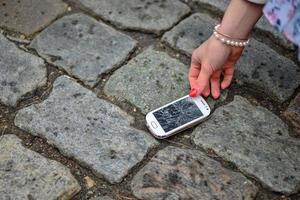 téléphone intelligent cassé au sol photo
