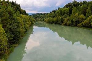 forêt et rivière en automne photo