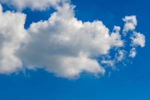 nuages sur le ciel bleu photo