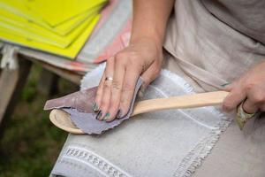 Femme faisant une cuillère en bois artisanale traditionnelle photo