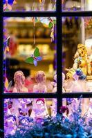 décorations de noël à travers la fenêtre photo