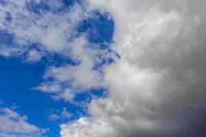 ciel bleu fermé par des nuages étonnants et des formations nuageuses en norvège. photo
