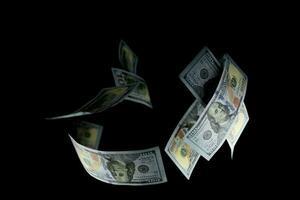 groupe d'argent billets de 100 dollars américains sur fond noir photo