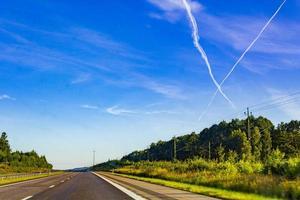 traverser des nuages d'avions dans le ciel, autoroute, suède. photo