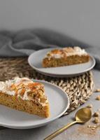 le délicieux dessert sain avec arrangement de carottes photo