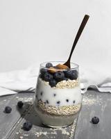 le délicieux dessert sain avec arrangement de myrtilles photo