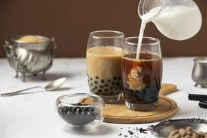 arrangement avec un délicieux thé thaï traditionnel photo