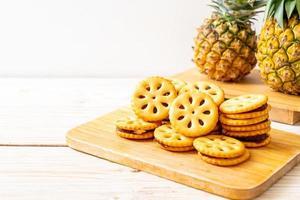 biscuits à la confiture d'ananas sur fond de bois photo