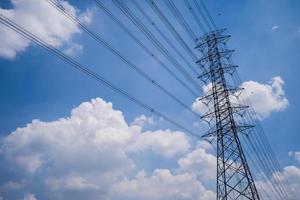 haute tension, lignes électriques de transport d'électricité sous le ciel bleu photo