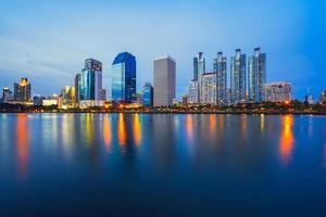 Le centre-ville de bangkok au crépuscule avec reflet de l'horizon, parc benjakiti, bangkok, thaïlande photo
