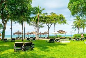 chaises de plage vides avec fond de plage de mer photo