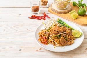 nouilles de riz sautées au porc à l'asiatique photo