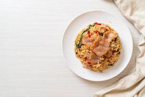 riz frit au basilic thaï et porc - style thaï photo