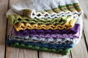 bonnets en tricot multicolores photo